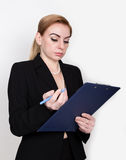Atrakcyjny energiczny biznesowej kobiety mienia ochraniacz dla pisać i bierze notatki obraz stock