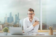 Atrakcyjny facet pracuje na projekcie Zdjęcie Royalty Free