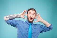 Atrakcyjny facet z brodą wyraża niespodziankę zdjęcia stock