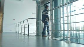Atrakcyjny faceta czekanie szklana winda zbiory wideo