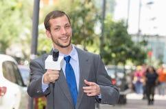 Atrakcyjny fachowy męski wiadomość reportera być ubranym Obraz Stock