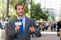 Atrakcyjny fachowy męski wiadomość reportera być ubranym Obrazy Stock
