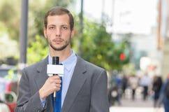 Atrakcyjny fachowy męski wiadomość reportera być ubranym Zdjęcia Royalty Free
