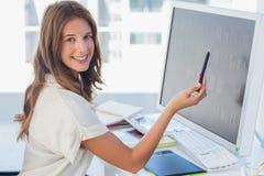 Atrakcyjny fotografia redaktor wskazuje przy ekranem Zdjęcia Royalty Free