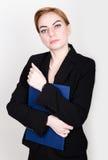 Atrakcyjny i energiczny biznesowej kobiety mienia ochraniacz dla pisać fotografia royalty free