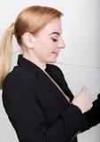 Atrakcyjny i energiczny biznesowy woma w kostiumu na nagim ciele ono uśmiecha się, trzymający operla obrazy stock
