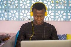 Atrakcyjny i modniś czarnego afrykanina biznesowego mężczyzny Amerykański networking z i obrazy stock