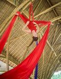 Atrakcyjny i sportowy aerialist kobiety obwieszenie od jedwabniczej tkaniny robi powietrzny dancingowy treningu trenowa? szcz??li zdjęcie stock