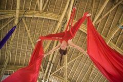 Atrakcyjny i sportowy aerialist kobiety obwieszenie od jedwabniczej tkaniny robi powietrzny dancingowy treningu trenowa? szcz??li obrazy stock