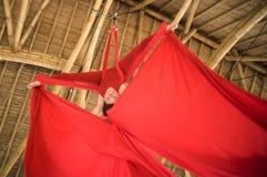 Atrakcyjny i sportowy aerialist kobiety obwieszenie od jedwabniczej tkaniny robi powietrzny dancingowy treningu trenowa? szcz??li obraz stock