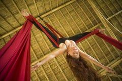 Atrakcyjny i sportowy aerialist kobiety obwieszenie od jedwabniczej tkaniny robi powietrzny dancingowy treningu trenowa? szcz??li zdjęcia royalty free