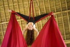 Atrakcyjny i sportowy aerialist kobiety obwieszenie od jedwabniczej tkaniny robi powietrzny dancingowy treningu trenowa? szcz??li zdjęcia stock