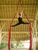 Atrakcyjny i sportowy aerialist kobiety obwieszenie od jedwabniczej tkaniny robi powietrzny dancingowy treningu trenowa? szcz??li zdjęcie royalty free