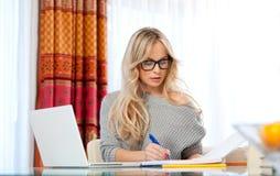 Atrakcyjny kobieta dowcipu laptop w domu zdjęcie stock