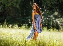 Atrakcyjny kobieta model w błękit sukni obraz royalty free