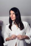 Atrakcyjny kobieta opatrunek w przebieralni Obraz Stock
