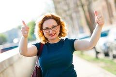 Atrakcyjny kobieta seansu gest z palcami - kciuk w górę fotografia royalty free