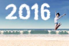 Atrakcyjny kobiety doskakiwanie przy wybrzeżem z liczbami 2016 fotografia royalty free