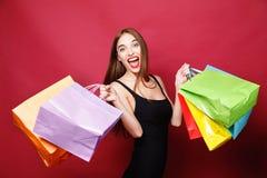 Atrakcyjny kobiety doskakiwanie Z Wiele torba na zakupy fotografia stock