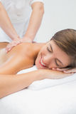 Atrakcyjny kobiety dostawania plecy masaż przy zdroju centrum obraz stock