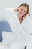 Atrakcyjny kobiety obsiadanie na łóżku obraz royalty free