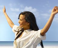 Atrakcyjny kobiety ono uśmiecha się szczęśliwy na plaży zdjęcia royalty free