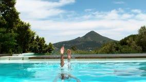 Atrakcyjny kobiety pikowanie w pływackiego basen zdjęcie wideo