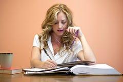 Atrakcyjny kobiety studiowanie zdjęcie royalty free