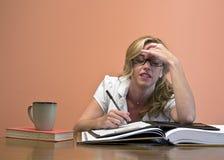 Atrakcyjny kobiety studiowanie obraz stock