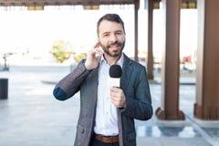 Atrakcyjny korespondent Bierze wywiad Outdoors zdjęcia stock