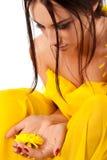 atrakcyjny kwiat wręcza kobiety kolor żółty obraz royalty free