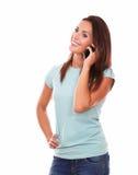 Atrakcyjny latynoski kobiety mówienie na jej komórce Obraz Royalty Free