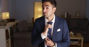 Atrakcyjny Latynoski mężczyzna załatwia jego krawat zdjęcia stock