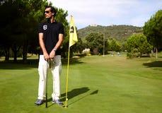 atrakcyjny mężczyzna bawić się golfa na ciepłym letnim dniu Zdjęcie Stock
