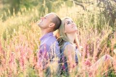 Atrakcyjny mężczyzna i kobiety obsiadanie na naturze Fotografia Royalty Free