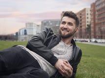 Atrakcyjny mężczyzna jest relaksujący w parku po środku Berlin fotografia royalty free