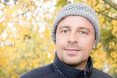 Atrakcyjny mężczyzna jest ubranym kapeluszową wełnę zdjęcie royalty free