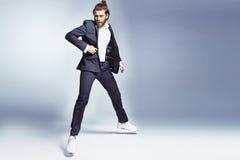 Atrakcyjny mężczyzna jest ubranym przypadkowych ubrania zdjęcia stock