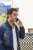 Atrakcyjny mężczyzna opowiada z telefonem komórkowym Zdjęcie Stock
