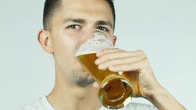 Atrakcyjny mężczyzna pić piwny przy kamerą i ono uśmiecha się zdjęcie wideo