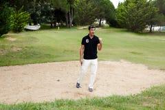 Atrakcyjny mężczyzna raduje się zwycięstwo w golfowych rywalizacjach Fotografia Stock