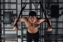 Atrakcyjny mężczyzna Robi Crossfit Pchać Podnosi Z sprawności fizycznych patkami W Gym ` s studiu fotografia stock
