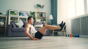 Atrakcyjny mężczyzna robi podbrzuszy chrupnięć różnym pozycjom jest ubranym sportswear zbiory wideo