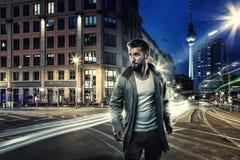 Atrakcyjny mężczyzna w Berlin nocą fotografia royalty free