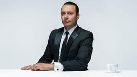 Atrakcyjny mężczyzna w czarnym kostiumu na białym tle fotografia royalty free