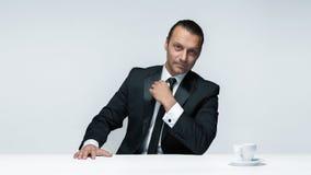 Atrakcyjny mężczyzna w czarnym kostiumu na białym tle zdjęcie royalty free