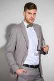 Atrakcyjny mężczyzna w kostiumu i krawata motylu ubiera Obrazy Royalty Free