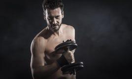 Atrakcyjny mężczyzna weightlifting obraz royalty free