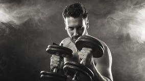 Atrakcyjny mężczyzna weightlifting fotografia royalty free