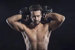 Atrakcyjny mężczyzna weightlifting fotografia stock